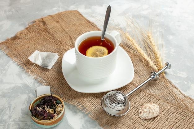 Vorderansicht tasse tee mit zitronenscheibe auf weißer oberfläche Kostenlose Fotos