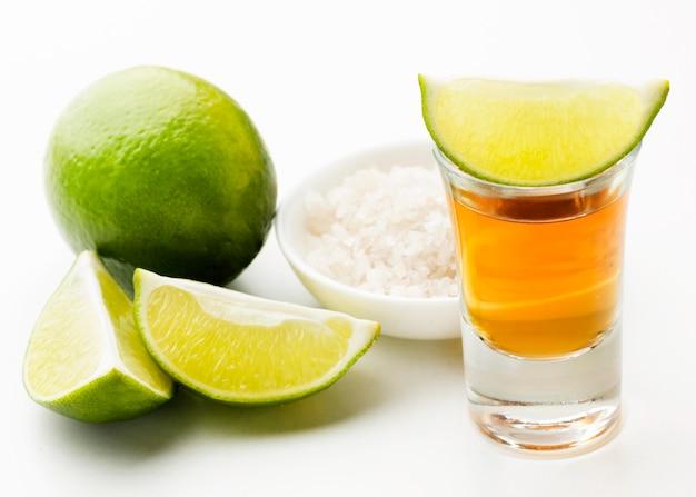 Vorderansicht tequila schuss und kalk und salz Premium Fotos