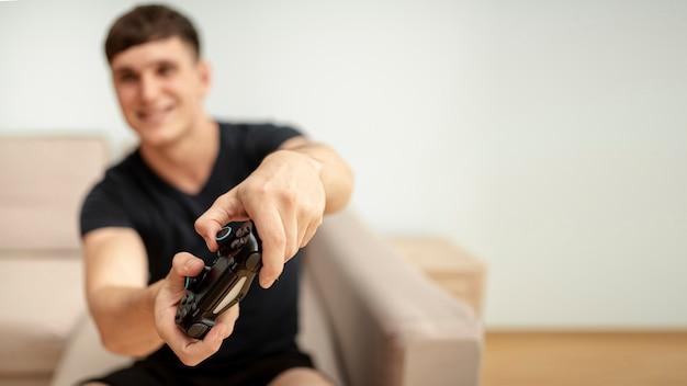 Vorderansicht unscharfer junge, der mit einem prüfer spielt Kostenlose Fotos