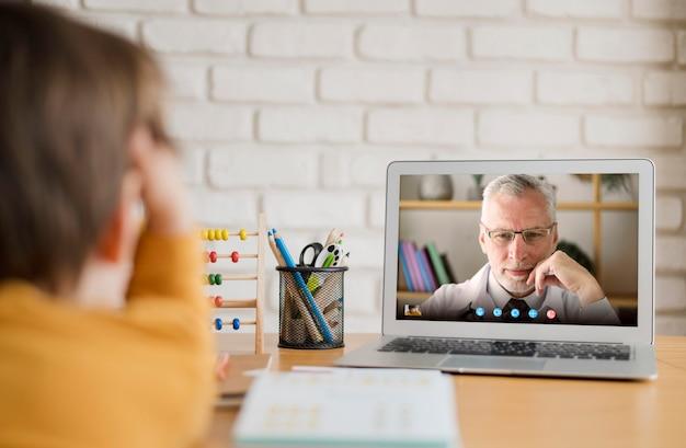 Vorderansicht videoanruf auf laptop Kostenlose Fotos