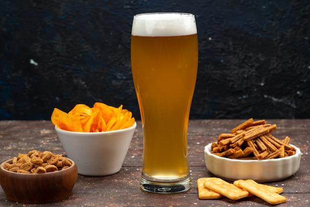 Vorderansicht von chips mit crackern zusammen mit bier auf der dunklen oberfläche Kostenlose Fotos