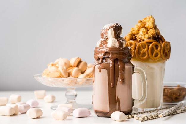 Vorderansicht von desserts mit brezeln und marshmallows Kostenlose Fotos