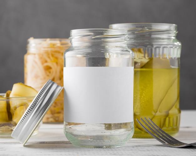 Vorderansicht von eingelegtem gemüse in klaren gläsern Kostenlose Fotos