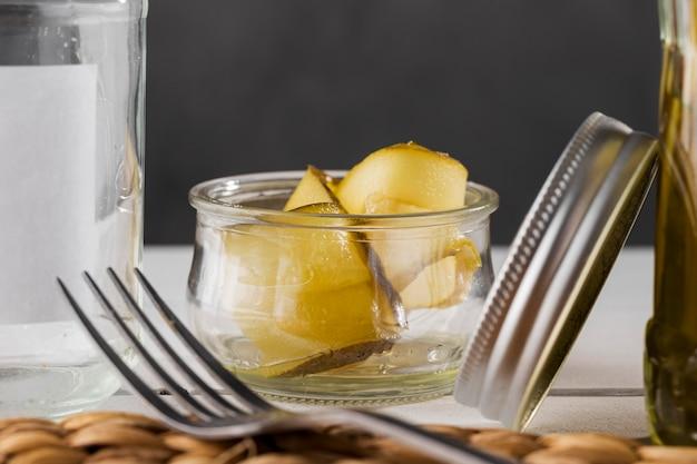 Vorderansicht von eingelegten gurken in gläsern Kostenlose Fotos