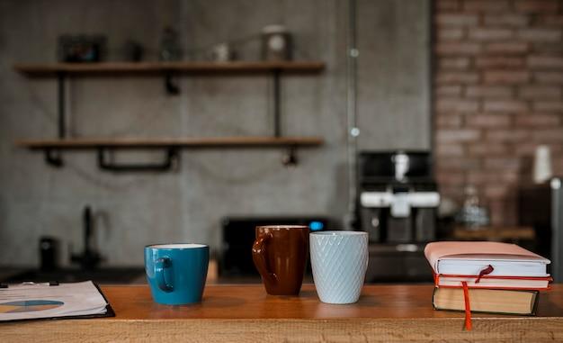 Vorderansicht von kaffeetassen auf tischtheke Kostenlose Fotos