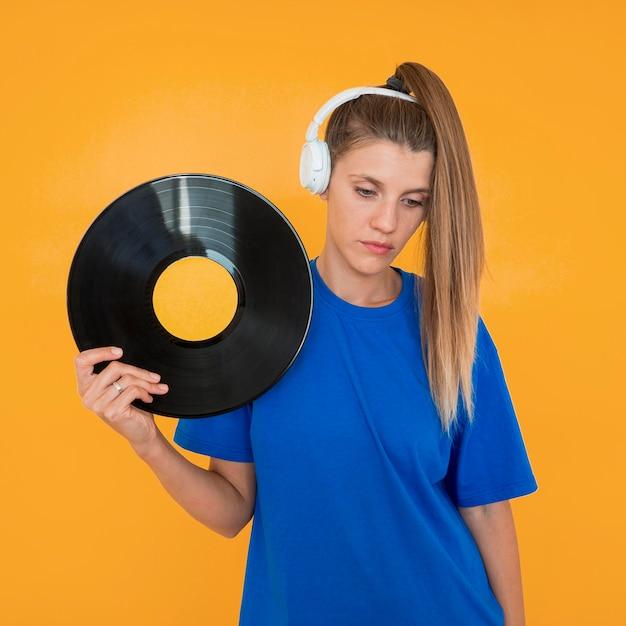 Vorderansicht von vinyl und frau Kostenlose Fotos