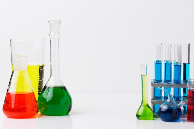 Vorderansicht wissenschaftlicher elemente mit chemischer zusammensetzung mit kopienraum Kostenlose Fotos