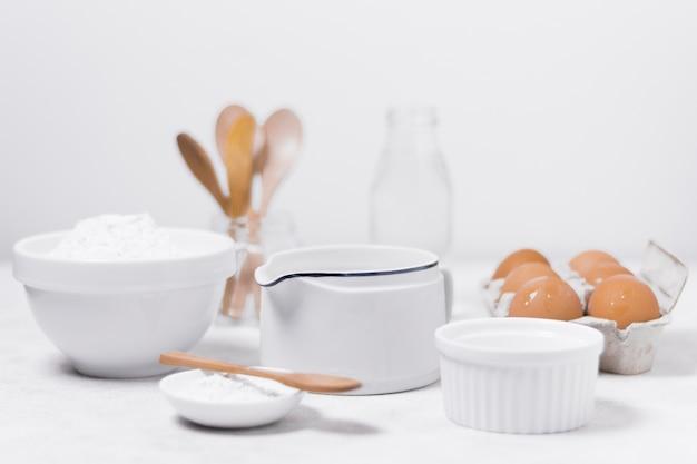 Vorderansichtanordnung für milchprodukte für süßes brot Kostenlose Fotos