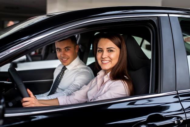 Vorderansichtautohändler, die auto prüfen Kostenlose Fotos