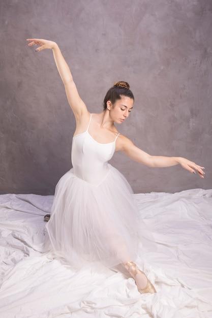Vorderansichtballerina mit den offenen armen Kostenlose Fotos