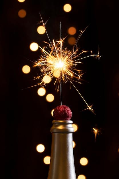 Vorderansichtflaschenspitze mit feuerwerkslichtern Kostenlose Fotos