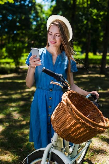 Vorderansichtfrau, die am telefon schaut Kostenlose Fotos