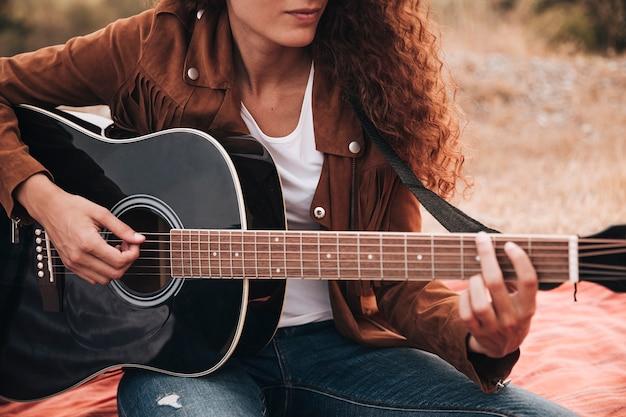 Vorderansichtfrau, die gitarre spielt Kostenlose Fotos