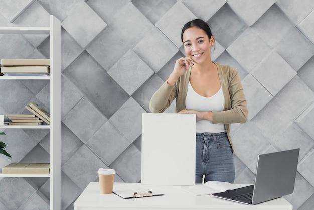 Vorderansichtfrau im büro sprechend am telefon Kostenlose Fotos