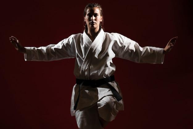 Vorderansichtfrau in der weißen karateuniform Kostenlose Fotos