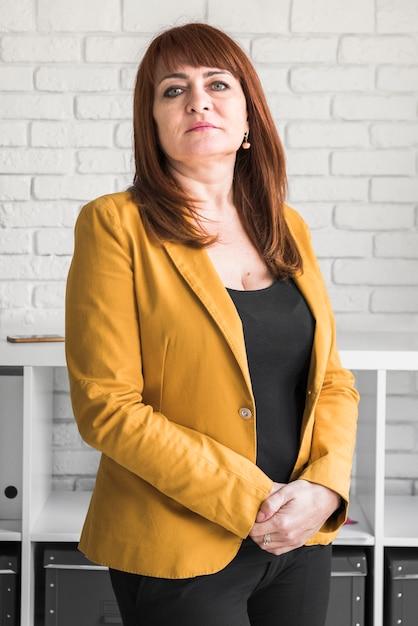 Vorderansichtgeschäftsfrau im büro Kostenlose Fotos