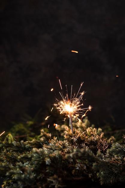 Vorderansichthandfeuerwerk mit schwarzem hintergrund Kostenlose Fotos