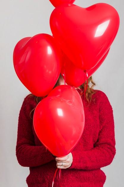 Vorderansichtherzballonbedeckungs-frauengesicht Kostenlose Fotos