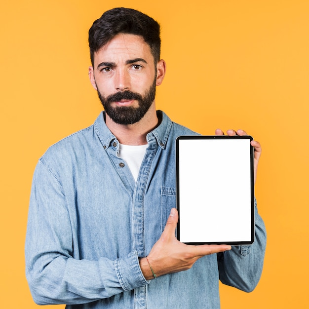 Vorderansichtkerl, der eine tablette hält Kostenlose Fotos
