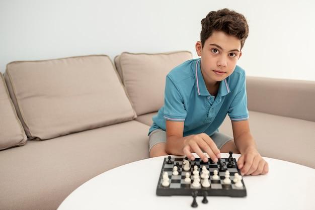 Vorderansichtkind, das schach spielt Kostenlose Fotos