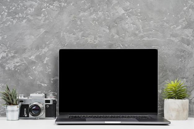 Vorderansichtlaptop mit anlagen und kamera Kostenlose Fotos