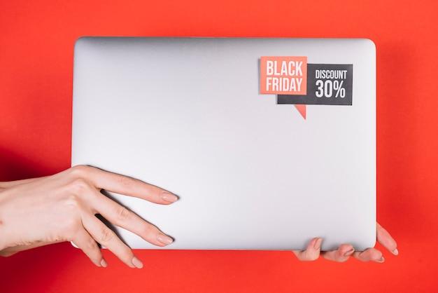 Vorderansichtlaptop mit schwarzem freitag-aufkleber Kostenlose Fotos