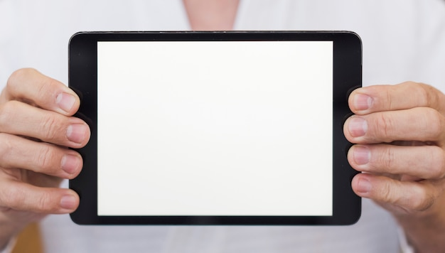 Vorderansichtmann, der eine tablettennahaufnahme hält Kostenlose Fotos