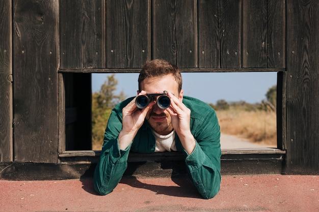 Vorderansichtmann-vogelbeobachtung Kostenlose Fotos