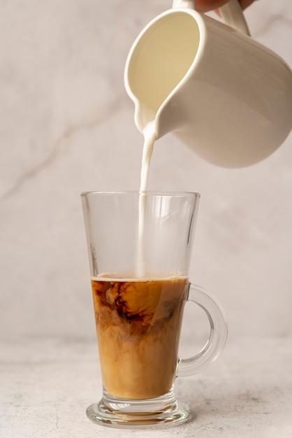 Vorderansichtmilch gegossen in gefrorenem kaffee Kostenlose Fotos