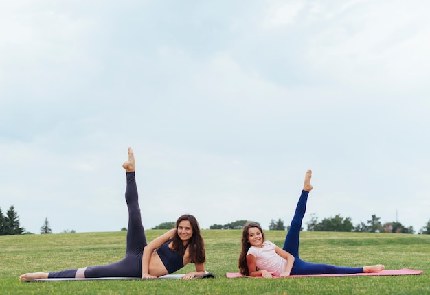 Vorderansichtmutter und -tochter, die draußen trainieren Kostenlose Fotos