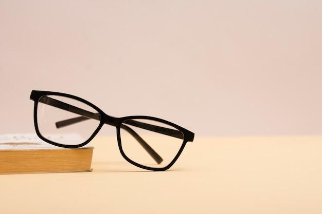 Vorderansichtplastikbrillen auf einer tabelle Kostenlose Fotos