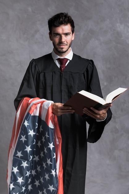 Vorderansichtrichter mit flagge und geöffnetem buch Kostenlose Fotos