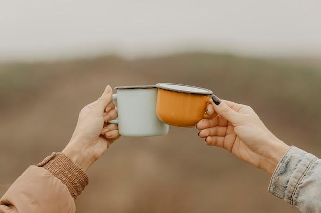 Vorderansichtschalen mit heißem tee für pausen Kostenlose Fotos