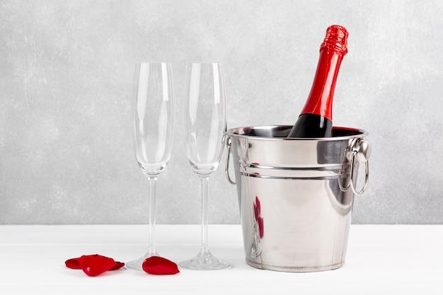 Vorderansichtvalentinstaganordnung mit champagner und gläsern Kostenlose Fotos