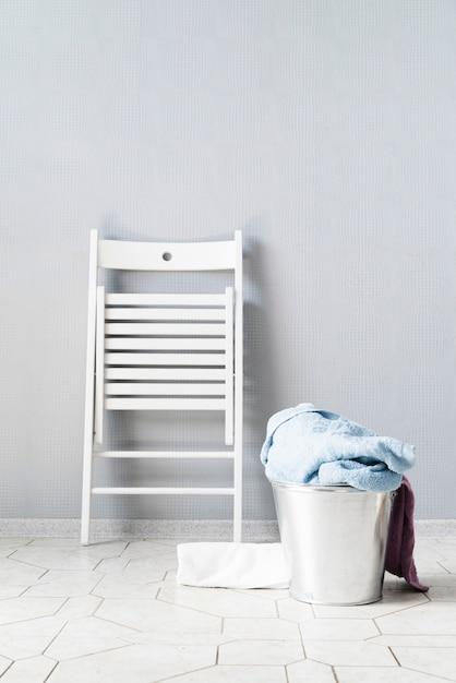 Vorderansichtwäschekorb mit weißem stuhl Kostenlose Fotos