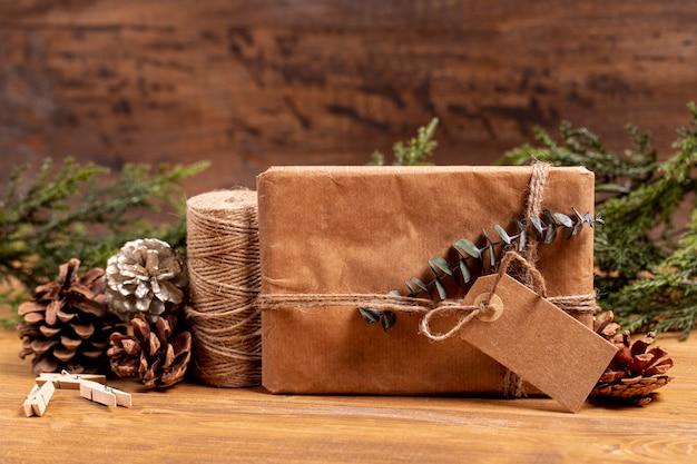 Vorderansichtweihnachtsgeschenk und kiefernkegel Kostenlose Fotos