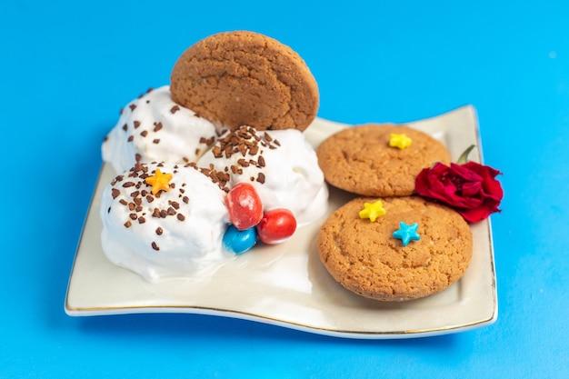 Vordere ansicht süße kekse mit eiscreme innenplatte auf hellem schreibtisch süß backen farbe cookie Kostenlose Fotos