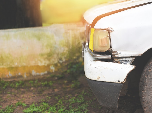 Vorderer scheinwerfer des alten autos beleuchtet in der garage Premium Fotos