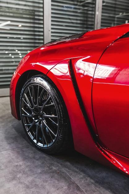 Vorderes linkes rad eines roten luxusautos Kostenlose Fotos