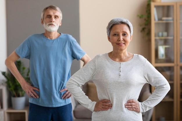 Vorderpaar älteres paar, das zusammen trainiert Premium Fotos
