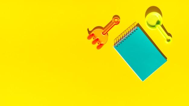 Vorlage für inschrift und strand spielzeug auf helle oberfläche Kostenlose Fotos