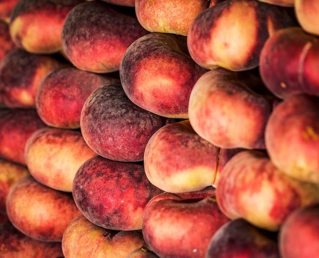 Vorrat an aprikosen auf dem markt zum verkauf Kostenlose Fotos