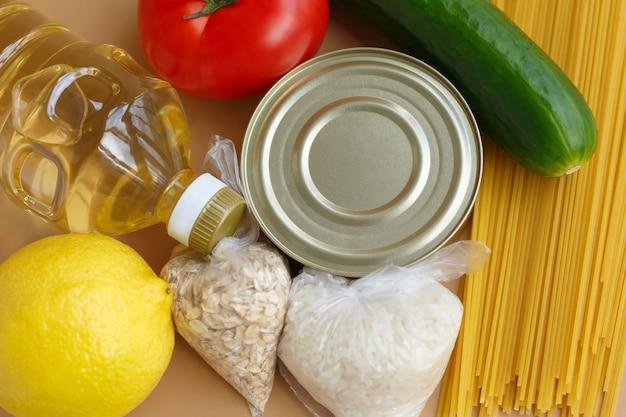 Vorrat an lebensmitteln. eine reihe von grundlagen für bedürftige. obst und gemüse, dosen und nudeln, öl und getreide Premium Fotos