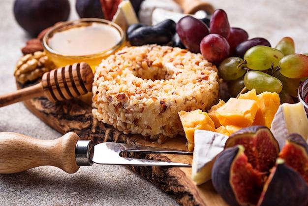 Vorspeise für wein, käseplatte mit trauben und feigen Premium Fotos