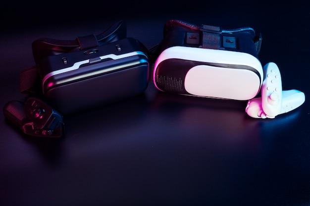 Vr. ausrüstung der virtuellen realität auf dem tisch. Premium Fotos