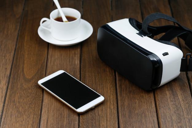 Vr gläser und handy auf holztisch Kostenlose Fotos