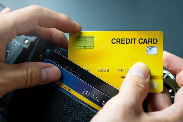 Wählen sie gelbe kreditkarte vom geldbörsenhintergrund aus Premium Fotos