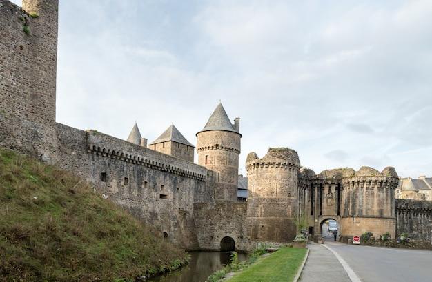 Wände der befestigten stadt von fougeres, bretagne region, frankreich. Premium Fotos