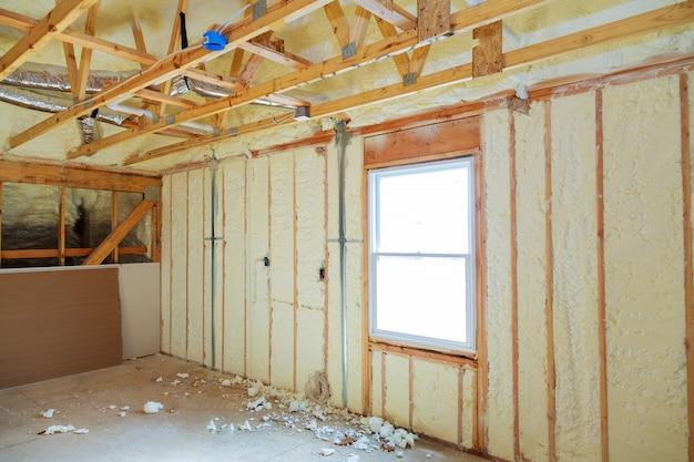 Wärmedämmung in einem neuen fertighaus mit mineralwolle und holz. Premium Fotos