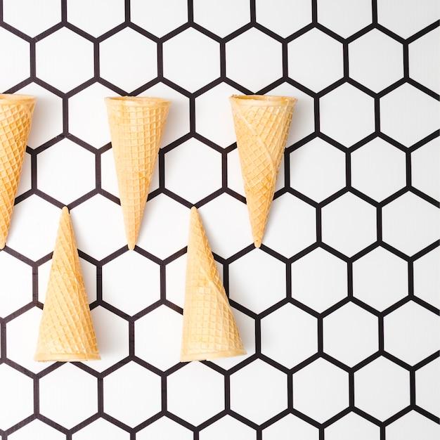 Waffeleiskegel auf hexagonhintergrund Kostenlose Fotos